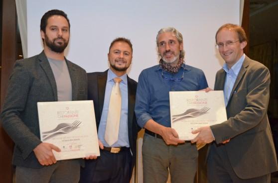 La premiazione di Alessandro Dal Degan (a sinistra) e Leandro Luppi, rispettivamente chef de La Tana di Asiago e del ristorante Vecchia Malcesine